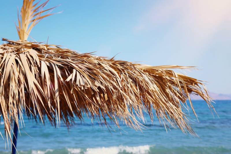 Ferier avbildar av det tropiska havet och slags solskydd som göras från torra palmblad Sommarlopp och semesterbegrepp royaltyfri foto