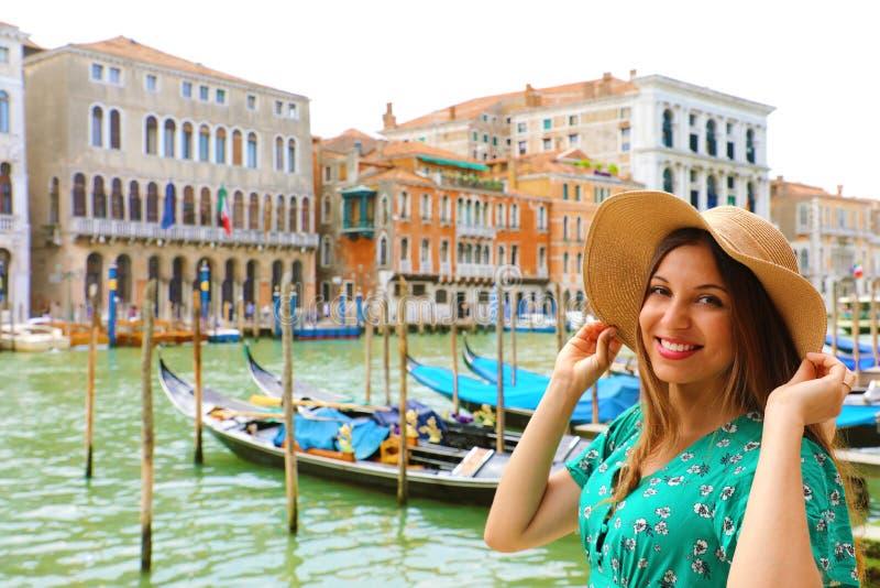 Ferier i Venedig! Härlig kvinna med sugrörhatten som ler på kameran med Venedig Grand Canal, gondoler och slottar royaltyfri bild