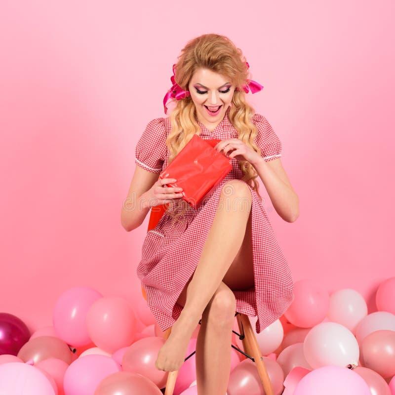 ferier och docka Hemmafru Shoppingförsäljning Öppen gåva för tappningmodekvinna idérik idé lycklig födelsedag retro flicka arkivfoton