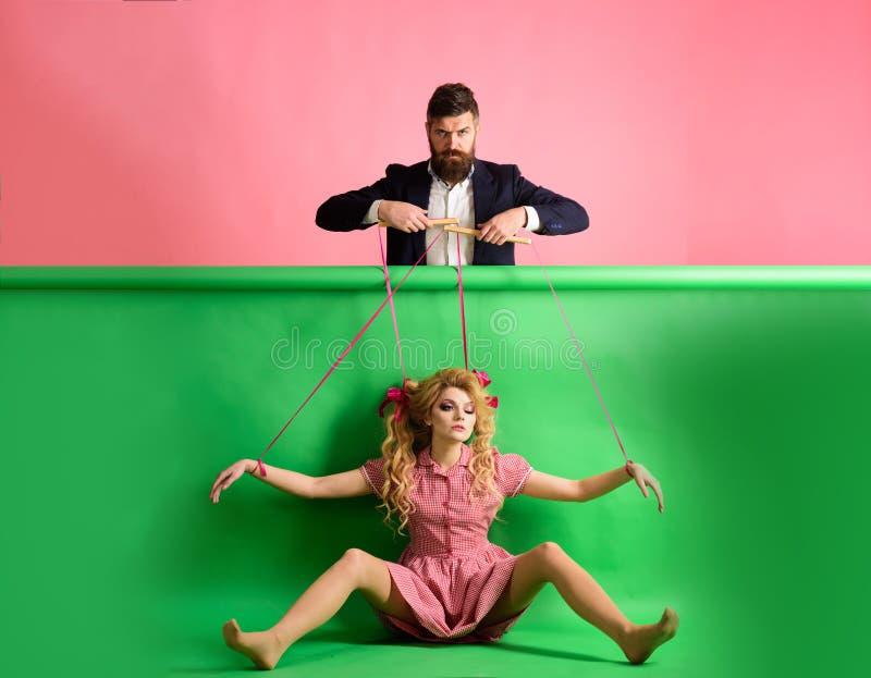 ferier och docka herravälde och beroende Galna girs och man på rosa färger halloween docka och man för tappningmodekvinna royaltyfria foton