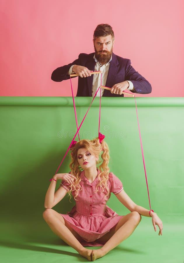 ferier och docka herravälde och beroende docka och man för tappningmodekvinna idérik idé Förälskelse retro flicka och arkivfoto