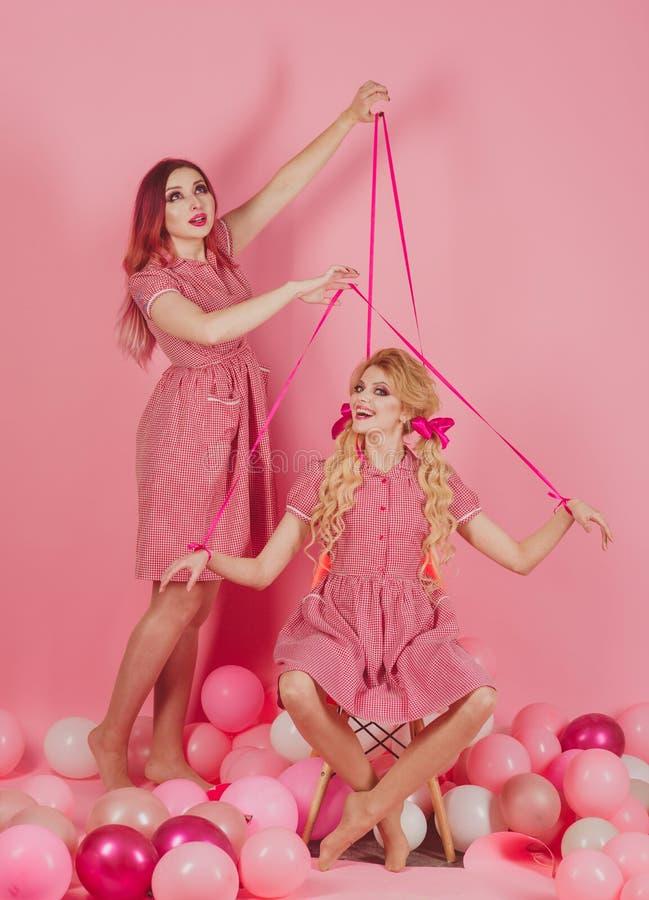 ferier och dockor Galen flicka på rosa färger halloween docka för tappningmodekvinnor idérik idé Rolig advertizing retro royaltyfria bilder