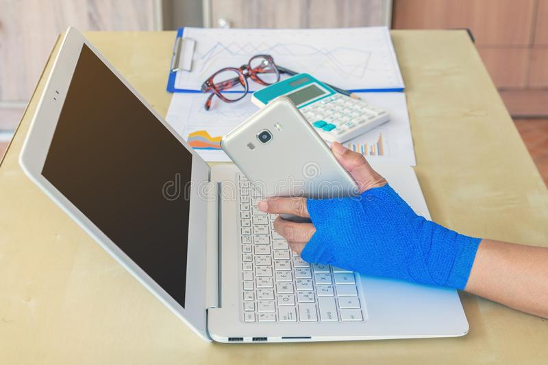 Ferimento de trabalho mão ferida da mulher dorido com a atadura elástica azul o fotografia de stock royalty free