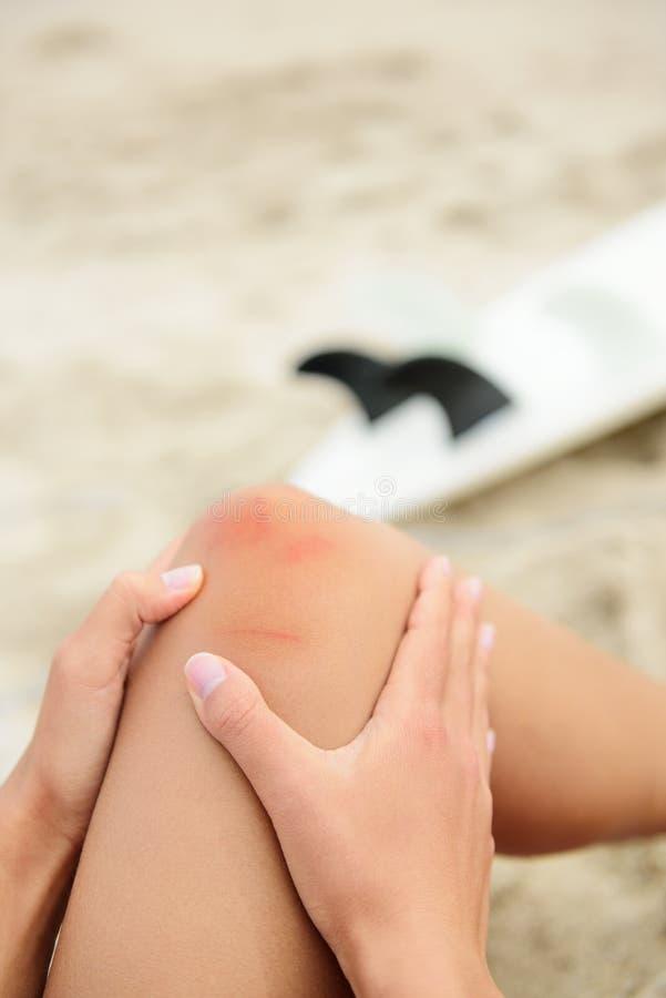 Ferimento do esporte - acidente surfando do joelho doloroso fotos de stock royalty free