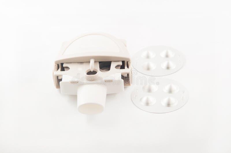 Fermé vers le haut de l'inhalateur et de la capsule d'asthme de poudre dans la boursouflure en aluminium photo stock