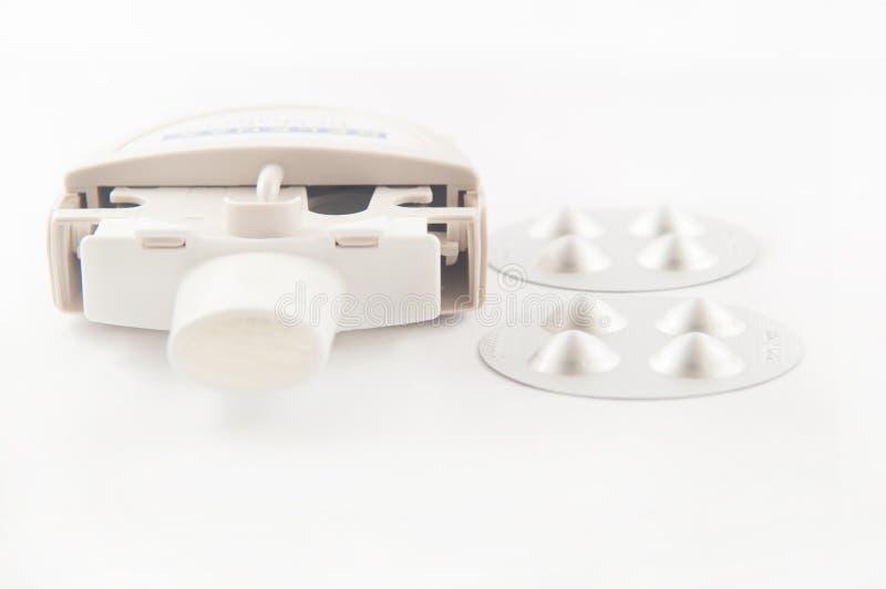 Fermé vers le haut de l'inhalateur et de la capsule d'asthme de poudre dans la boursouflure en aluminium images libres de droits