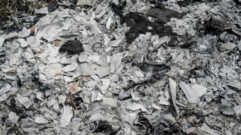 Fermé vers le haut de la cendre du papier brûlé d'idole chinoise après culte religieux pour le te photographie stock libre de droits