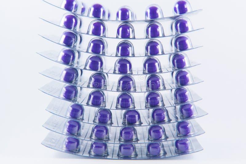 Fermé vers le haut de la couche de la capsule pourpre dans le habillage transparent images libres de droits