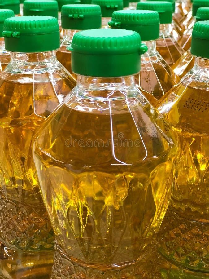 Fermé vers le haut de la pile de l'huile de palme mis en bouteille photo stock