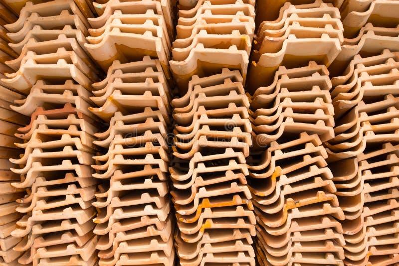 Fermé vers le haut de la tuile de toit en céramique dans le temple Thaïlande images stock