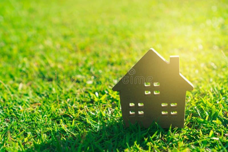 Fermé vers le haut du modèle à la maison minuscule sur l'herbe verte image stock