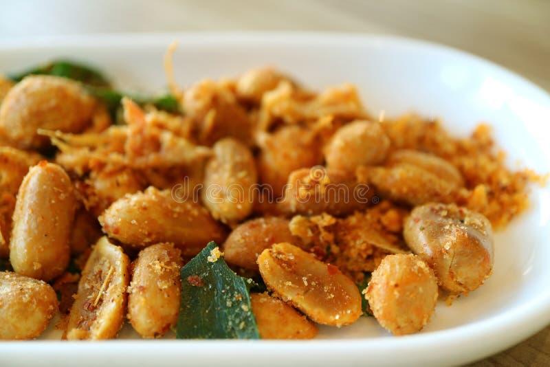 Fermé vers le haut du style thaïlandais a rôti des arachides avec l'herbe épicée photo stock