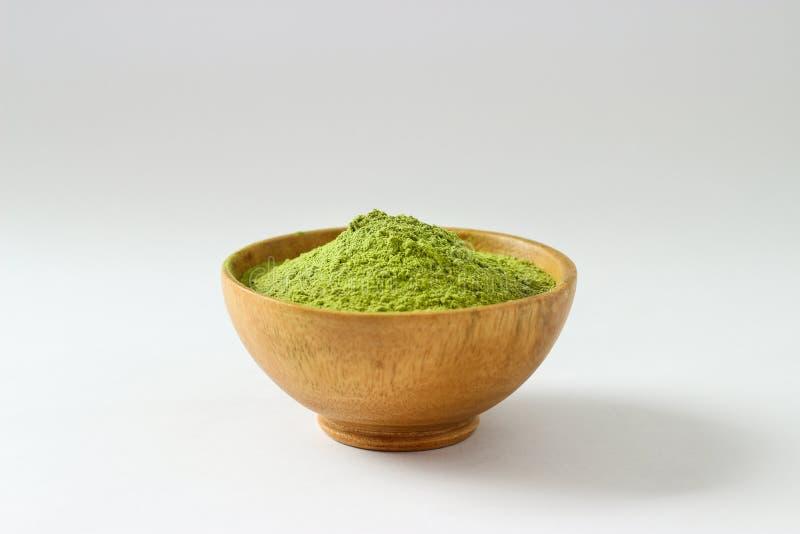 Fermé vers le haut du tas d'isolat de la poudre de thé vert d'extrait en BO en bois image stock