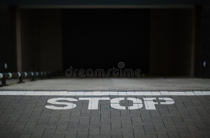 Fermata del segno sulla terra fotografie stock