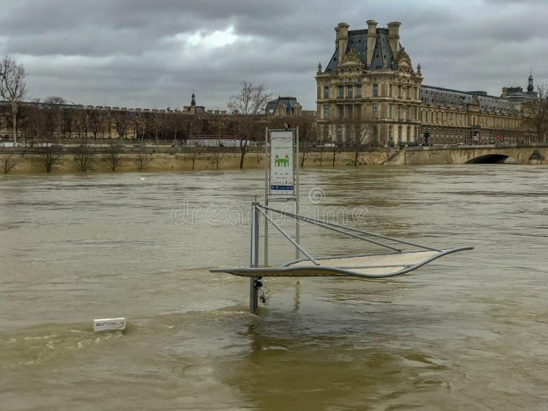 Fermata del traghetto sotto le acque di inondazione sulla Senna, Parigi, Francia immagini stock