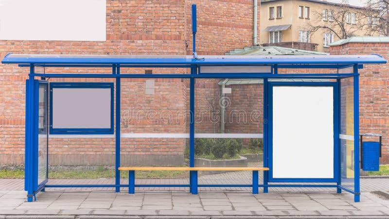 Fermata dell'autobus con un tabellone per le affissioni fotografia stock