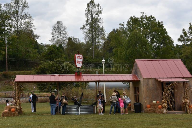 Fermata della toppa della zucca durante il giro della ferrovia di Great Smoky Mountains immagine stock libera da diritti