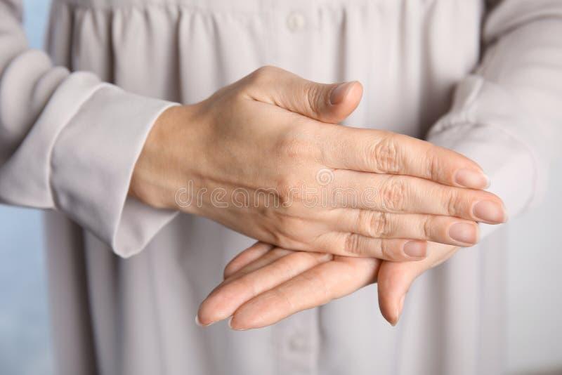 Fermata di parola di rappresentazione della donna Linguaggio dei segni fotografia stock
