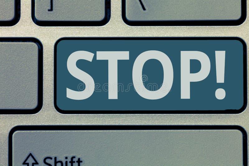 Fermata di rappresentazione del segno del testo La foto concettuale termina impedisce agisce ad un evento dall'avvenimento fotografia stock