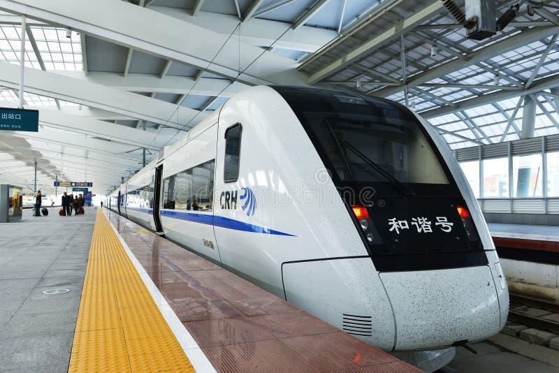 Fermate del treno ad alta velocità ad una stazione fotografia stock libera da diritti