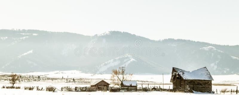 Ferme abandonnée dans le domaine d'hiver photographie stock