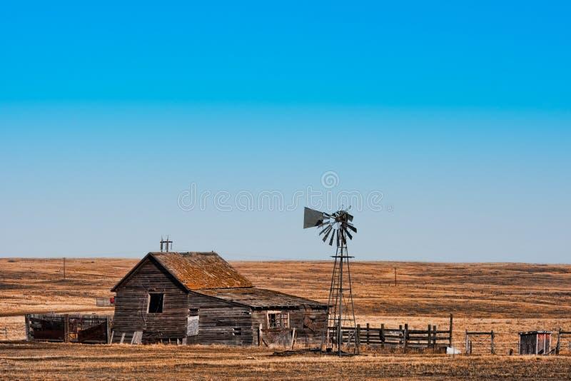 Ferme abandonnée de prairie photo libre de droits