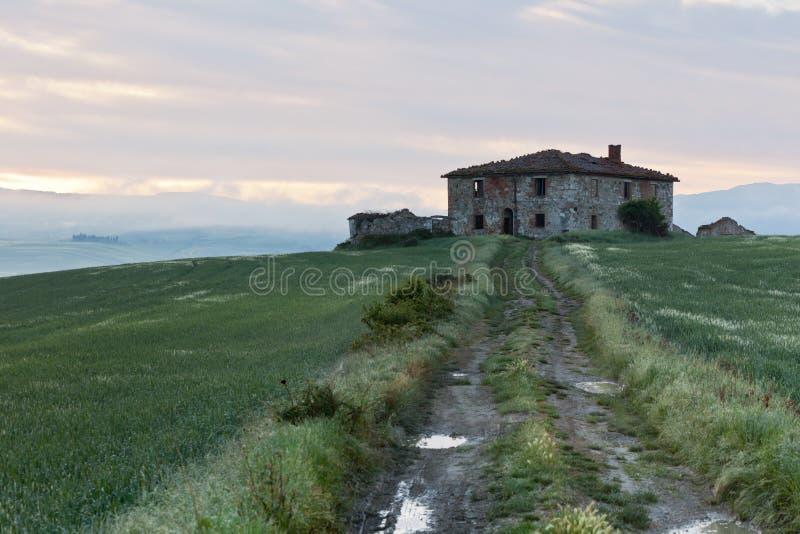 Ferme abandonnée en Toscane au lever de soleil photo stock