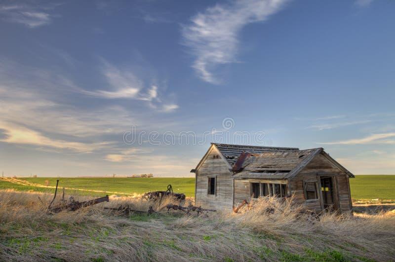Ferme abandonnée sur la prairie image libre de droits