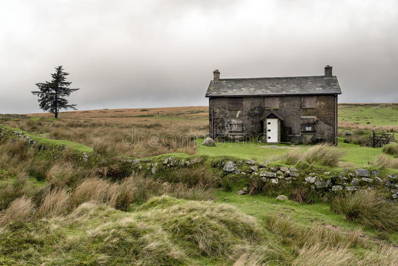 Ferme abandonnée un jour orageux dans Dartmoor photos stock