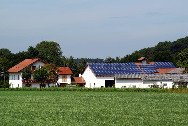 Ferme avec la centrale solaire photos libres de droits