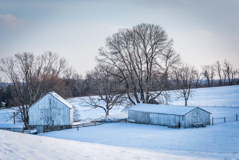 ferme couverte de neige dans Carroll County rurale, le Maryland photographie stock libre de droits