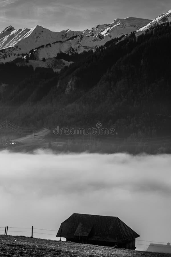 Ferme dans le brouillard - Suisse images stock