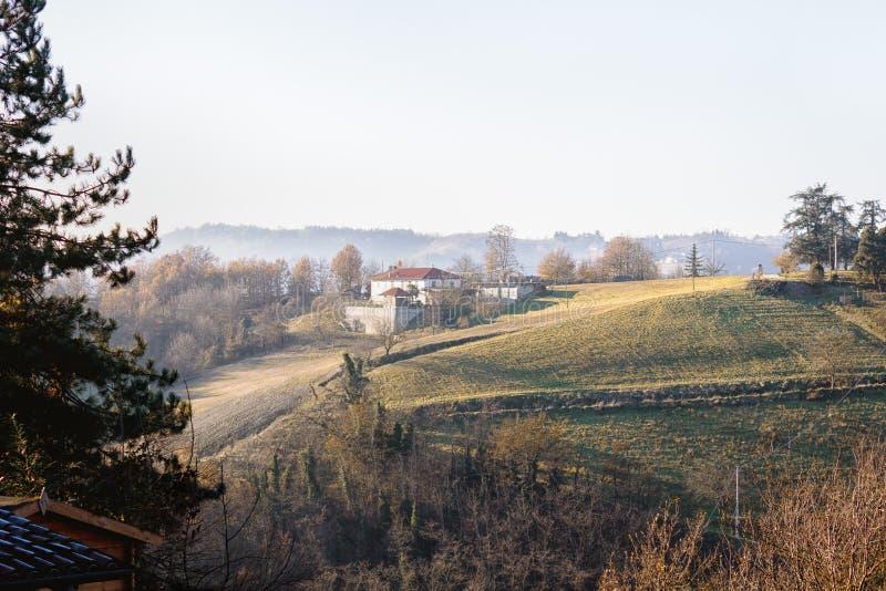 Ferme dans les domaines verts cultivés dans Piémont images libres de droits