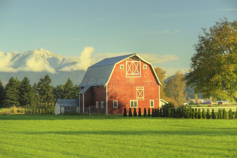 Ferme de grange de pays photos stock