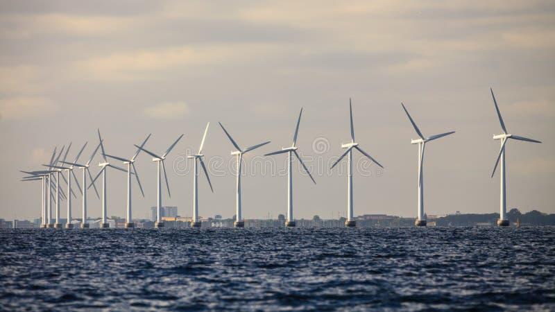 Ferme de groupe électrogène de turbines de vent le long de mer de côte image libre de droits