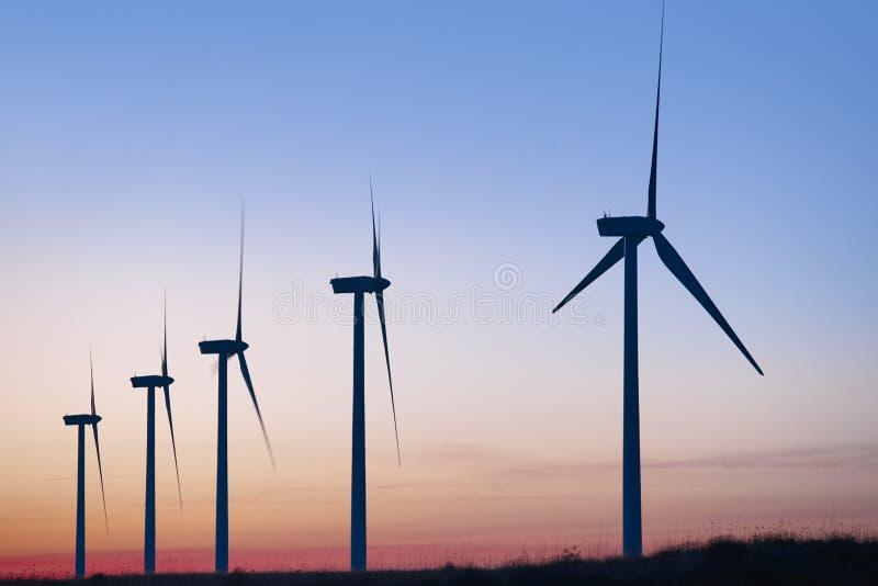 Ferme de moulin de vent au crépuscule Réchauffement global Énergie soutenable photos stock