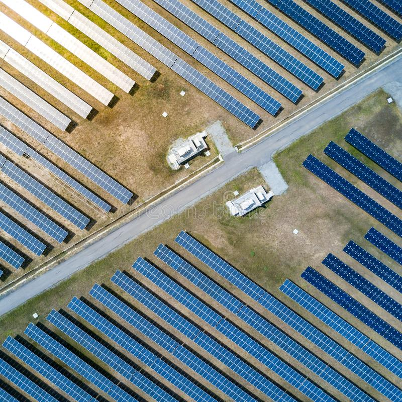 Ferme de panneau solaire ou centrale solaire, vue a?rienne photographie stock