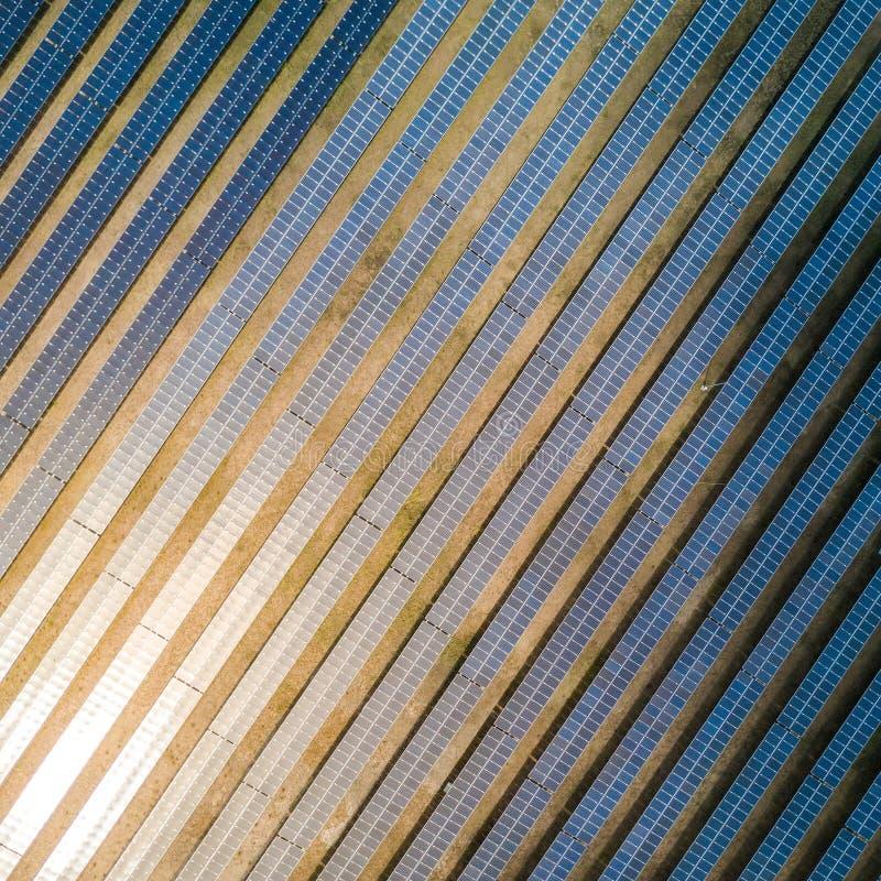 Ferme de panneau solaire ou centrale solaire, vue a?rienne images stock