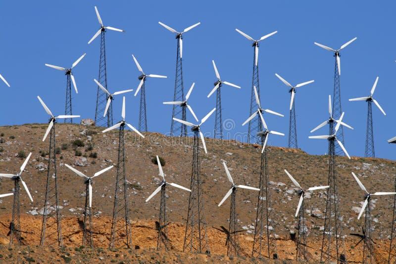 ferme de Vent-turbines produisant de l'énergie de puissance propre photos libres de droits