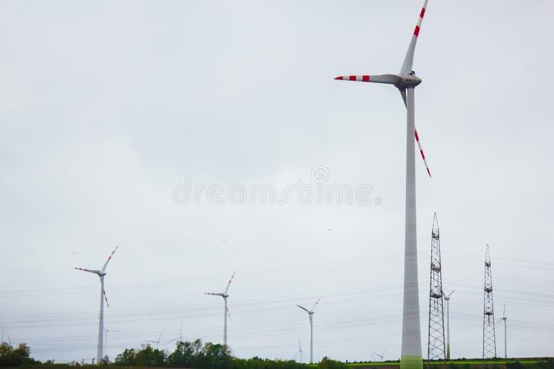 Ferme des générateurs de l'électricité de vent puissance alternative d'énergie renouvelable production favorable ? l'environnemen photo libre de droits