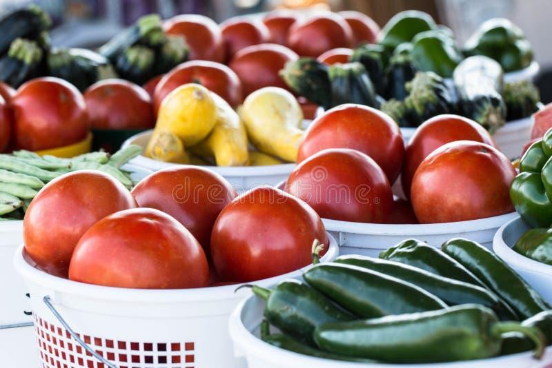 Ferme pour ajourner des légumes au marché d'agriculteurs image libre de droits