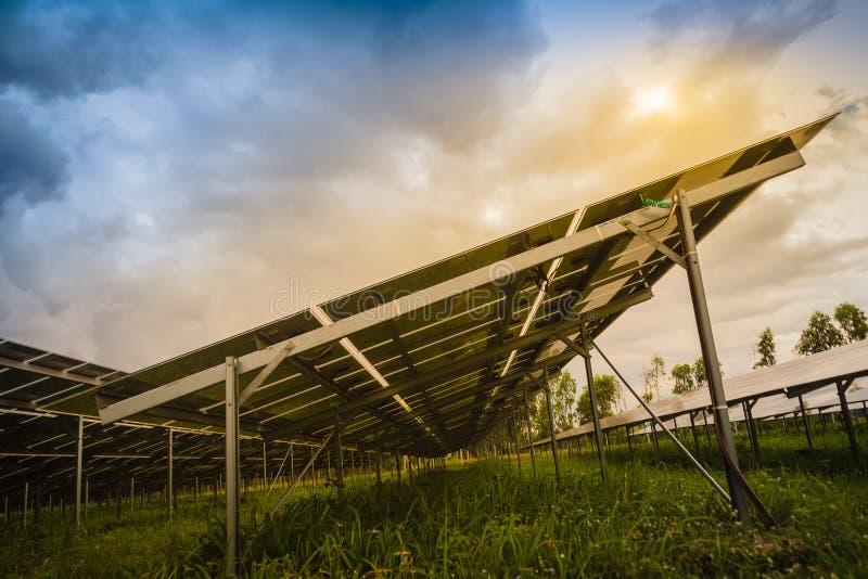 Ferme solaire de large échelle, centrale photovoltaïque méga dans g vert images stock