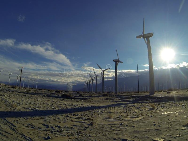 Ferme solaire de moulin à vent photographie stock