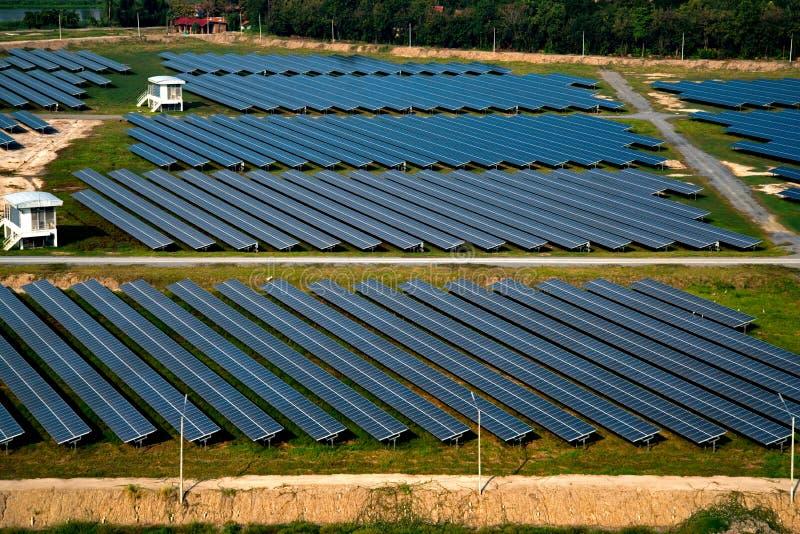 Ferme solaire, panneaux solaires photo libre de droits