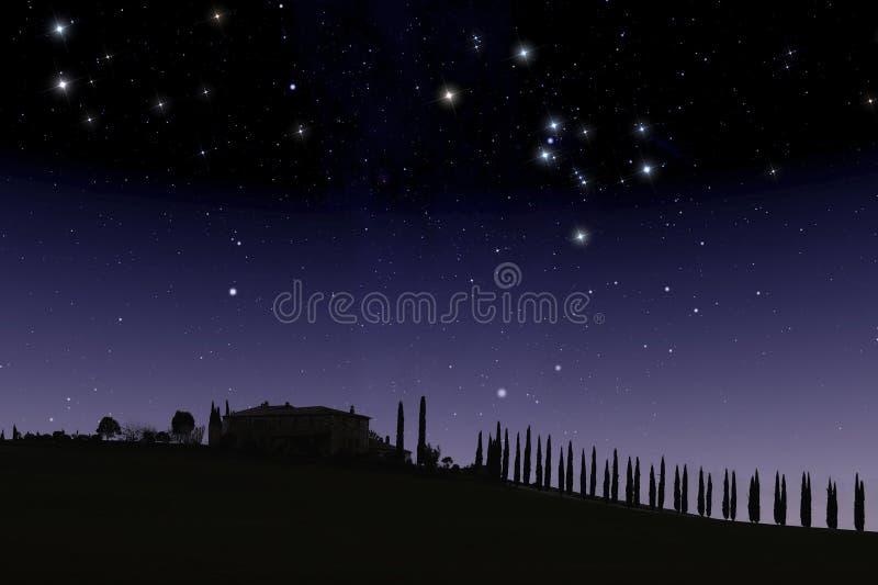 Ferme toscane sous le ciel étoilé image libre de droits