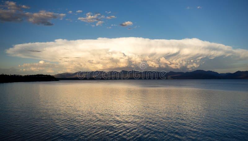 Fermentação das nuvens de Sytorm sobre montanhas de Absaroka do lago Yellowstone imagens de stock royalty free