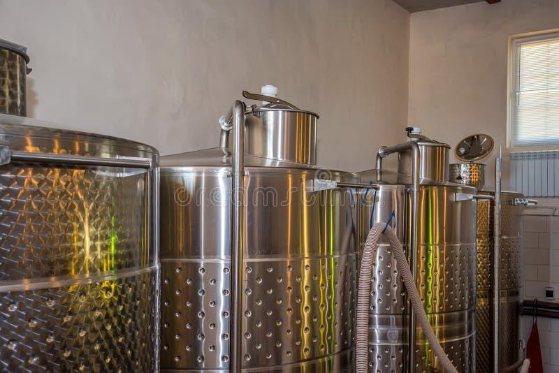 Fermentaion nierdzewni zbiorniki dla wino produkci obraz royalty free