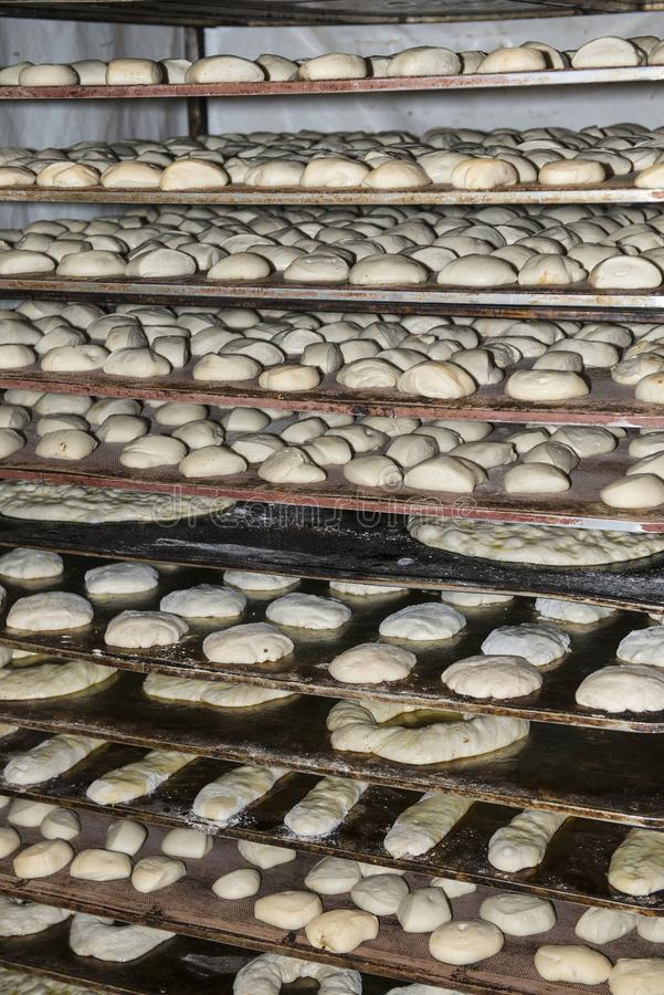 Fermentation des miches de pain dans un chariot avec des plateaux photographie stock libre de droits