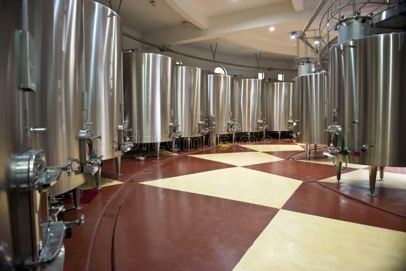 Fermentazione del vino in grandi tini fotografia stock