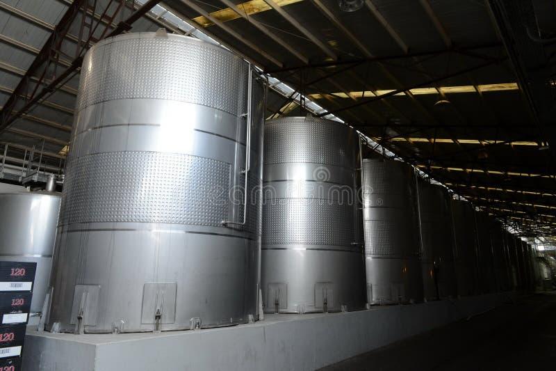 Fermentazione in tini dell'acciaio inossidabile per vino alla cantina Santa Rita fotografia stock libera da diritti